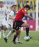 Fussball INTERNATIONAL EURO 2004 Spanien - Russland Raul (ESP,re) gegen Dmitri Bulykin (RUS)
