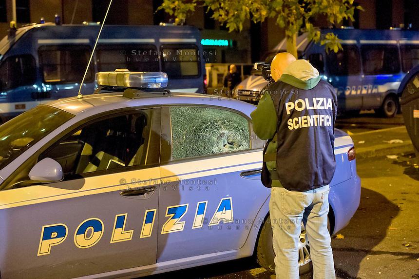 Roma 11 Novembre 2014<br /> Un centinaio di abitanti del quartiere Tor Sapienza ha assaltato  nella tarda serata il centro di accoglienza  per rifugiati in via Morandi, che ospita immigrati richiedenti asilo politico.  Durante l'assalto, sono state lanciate verso l'edificio che ospita 36 migranti,  diverse bombe carta, 4 poliziotti sono rimasti feriti, cassonetti incendiati e usati come barricate. Una auto della polizia danneggiata dai manifestanti<br /> Rome November 11, 2014<br /> One hundred of the inhabitants Tor Sapienza neighborhood, attacked late in the evening the reception center for refugees in Morandi street,  where they live to immigrants applicants political asylum. During the assault were thrown at the building that houses 36  migrant, several paper bombs, four policemen were injured, bins on fire and used as barricades. A police car was damaged by protesters