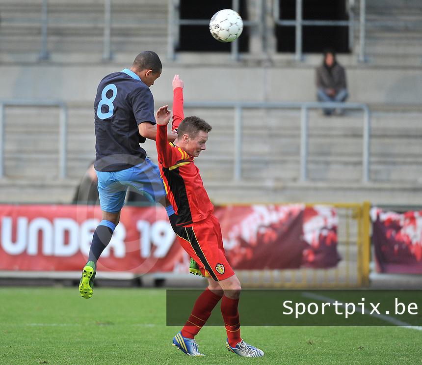 Belgium U19 - England U19 : Lewis Baker climbing higher than Rob Schoofs (10).foto DAVID CATRY / Nikonpro.be