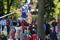 FIERLJEPPEN: BURGUM: 18-07-2015, Keningsljeppen, Oane Galama (koning), Marrit van der Wal (koningin) en Folkert Veldstra (prins), Oane Galama met zijn uitsprong, ©foto Martin de Jong
