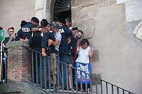 Roma, 12  Luglio 2012. Attivisti dei comitati «Acqua pubblica» occupano con un sit-in la scalinata di accesso a Palazzo Senatorio per protestare contro la cessione del 21% della controllata Acea, l'azienda che si occupa di acqua e servizi. Le forze dell'ordine  sgomberano la scalinata