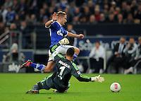 FUSSBALL   1. BUNDESLIGA  SAISON 2012/2013   7. Spieltag   FC Schalke 04 - VfL Wolfsburg        06.10.2012 Lewis Holtby (hinten, FC Schalke 04) gegen Torwart Diego Benaglio (VfL Wolfsburg)