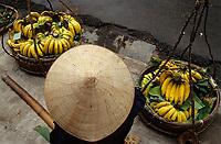 Asie/Vietnam/Haiphong: marchand de rue vendant des bananes