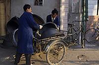 Asie/Chine/Jiangsu/Nankin/Quartier du temple de Confucius&nbsp;: Sc&egrave;ne de rue - Marchand de wok et ustensiles culinaires<br /> PHOTO D'ARCHIVES // ARCHIVAL IMAGES<br /> CHINE 1990