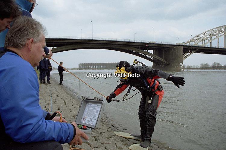 Foto: VidiPhoto..NIJMEGEN - Politie en duikers van de brandweer hebben donderdag in de Waal gezocht naar het lichaam van een vermiste man uit Nijmegen. Het vermoeden bestaat dat de man, van wie de politie geen verdere gegevens bekend wil maken, is verdronken. De zoekactie van gisteren leverde niets op..