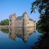 France, Brittany, Département Morbihan: Château de Trécesson, a medieval castle in the commune of Campénéac near the Paimpont forest | Frankreich, Bretagne, Département Morbihan: Château de Trécesson, mittelalterliches Schloss in der Gemeinde Campénéac nahe dem Wald Brocéliande