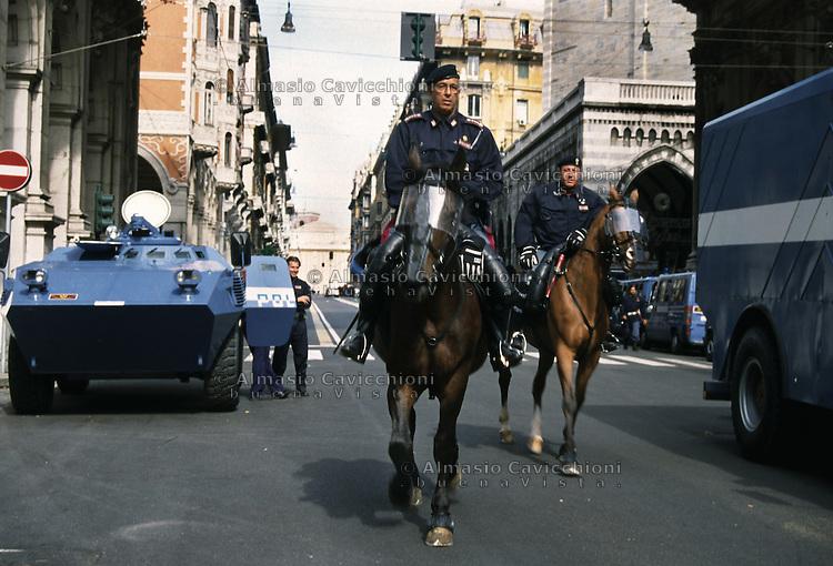 19 LUG 2001 Genova: vertice G8, controvertice Genoa Social Forum. controlli di polizia.JUL 19 2001 Genoa: G8 Summit, anti summit Genoa Social Forum, police controls