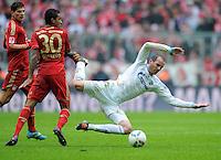 FUSSBALL   1. BUNDESLIGA  SAISON 2011/2012   23. Spieltag FC Bayern Muenchen - FC Schalke 04       26.02.2012 Luiz Gustavo (li, FC Bayern Muenchen) gegen Christoph Metzelder (FC Schalke 04)