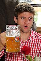 FUSSBALL 1. BUNDESLIGA   SAISON 2012/2013 Die Mannschaft des FC Bayern Muenchen besucht das Oktoberfest am 07.10.2012 Thomas Mueller mit einer Mass Bier