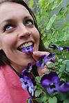 Foto: VidiPhoto<br /> <br /> BLEISWIJK &ndash; Bernadette Kapteijn en dochter Julia (3) uit Bleiswijk nemen maandag letterlijk een voorproefje op het nieuwe tuinseizoen. Samen selecteren en proeven zij de lekkerste eetbare planten, zogenoemde BloomBites, voor TuinIdee 2016. Het grootste tuinevent van Nederland gaat donderdag 25 februari van start in de Brabanthallen in Den Bosch. Op TuinIdee is dit jaar voor het eerst een culinaire themahal ingericht met veel aandacht voor moestuinieren, eetbare planten, proeverijen, gerechten bereiden en sfeervol tafelen. Kapteijn presenteert daar haar collectie eetbare planten. Behalve TuinIdee Culinair zijn er meer dan 40 voorbeeldtuinen, de expositie Keramiek der Lusten, de Wonderkamer met tuinrariteiten en de laatste tuintrends te bewonderen. Ruim 275 exposanten presenteren hun noviteiten en producten. Bezoekers krijgen gratis tuinadviezen. De organisatie verwacht meer dan 30.000 belangstellenden.