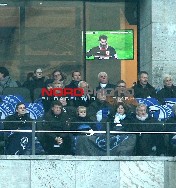 30.11.2013, OLympiastadion, Berlin, GER, 1.FBL, Hertha BSC vs FC Augsburg, im Bild Otto Rehhagel mit Gattin auf der Tribuehne<br /> <br />               <br /> Foto &copy; nph /  Schulz