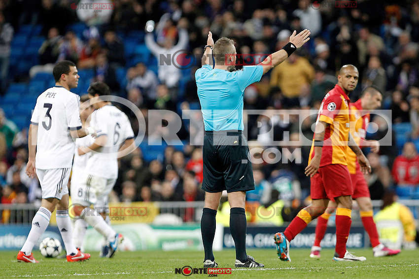 Referee Svein Oddvar Moen shows whistles the end during the quarter final Champion League match. April 3, 2013.(ALTERPHOTOS/Alconada)