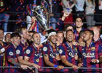 FUSSBALL  CHAMPIONS LEAGUE  FINALE  SAISON 2014/2015   Juventus Turin - FC Barcelona                 06.06.2015 Der FC Barcelona gewinnt die Champions League 2015: Lionel Messi (Barca) , Ivan Rakitic (Barca) , Andres Iniesta (Barca) , Neymar (Barca) , Torwart Marc Andre ter Stegen (Barca) , Adriano (Barca), Rafael Alcantara Rafinha  (Barca)  und Sergio Busquets (v.li, Barca)  jubeln mit dem Pokal