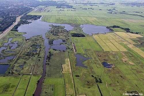 Grutte Wielen (Grote Wielen) - natuurgebied. Op de foto zijn twee eendenkooien te zien: midden de Kobbekoai en midden recht de Buismanskoai (alleen de bomen zijn te zien). Linksboven bevindt zich de stad Leeuwarden.<br /> De Groningerstraatweg (N355) scheidt het Grutte Wielen-gebied van het natuur- en recreatiegebied De Groene Ster met daarin de Lytse Wielen (Kleine Wielen).