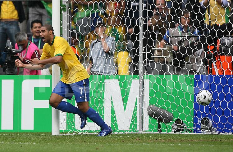 Fussball WM 2006  Achtelfinale    Brasilien - Ghana ADRIANO jubelt nach dem 2:0