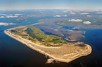 Amrum im Wattenmeer: EUROPA, DEUTSCHLAND, SCHLESWIG-HOLSTEIN, AMRUM 30.09.2010: Die Insel Amrum in der Nordsee. Dahinter Sylt und Foehr. Amrum hat eine Groesse von 20,46 km² und ist damit die zehntgroesste Insel Deutschlands. Sie gehoert neben Sylt und Foehr zu den drei nordfriesischen Geestkerninseln. Der Geestkern von Amrum ist etwa 6 km lang und ungefähr 2,5 km breit. Er wird von einer flach gewoelbten, saalekaltzeitlichen Moraene gebildet. Im Osten grenzt Amrum an das Wattenmeer..Die fuenf Orte der Insel liegen ueberwiegend im Osten der Insel - von Nord nach Sued - Norddorf auf Amrum, Nebel, Sueddorf, Steenodde und Wittduen auf Amrum. Auf dem Geestruecken findet man ausgedehnte Wald- und Heidegebiete, die im Wesentlichen einen Streifen in Nord-Sued-Richtung bilden. Der breite Kniepsand ist zur Insel eine Duenenguertel, zur Nordsee ein Sandstrand..