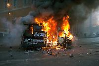 Roma  15 Ottobre 2011.Manifestazione contro la crisi e l'austerità.Scontri tra manifestanti e forze dell'ordine.Un blindato dei carabinieri incendiato dai manifestanti in pzza San Giovanni. ..