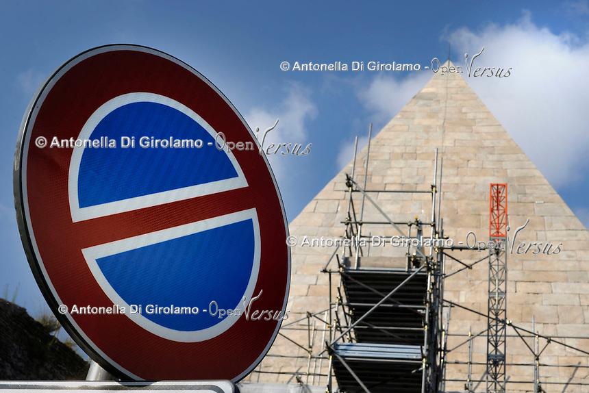 La Piramide Cestia &egrave; una piramide di stile egizio sita a Roma, la cui costruzione fu completata nel 12 a.C.<br /> The Pyramid of Cestius is an ancient pyramid in Rome, Italy,