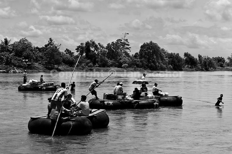 goods and border area workers, cross the Suchiate river from Mexico ...