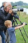 Foto: VidiPhoto<br /> <br /> VALBURG - Het kleine Betuwse dorpje Valburg staat maandag in de belangstelling van vogelminnend Nederland. Massaal trekken vogelaars naar de rand van het dorp, waar in een weiland langs de Linge, op een paar honderd meter afstand de zeer zeldzame Griel rondhuppelt. Het diertje is tussen de 38 en 45 cm lang, heeft lange gele poten, een korte snavel en een dikke ronde kop, lijkt op een plevier, maar komt in Nederland niet voor. Vorig jaar is de griel slechts eenmaal waargenomen in Nederland. De vogel broedt vooral in Zuid-Europa, de Balkan en de Oekra&iuml;ne.