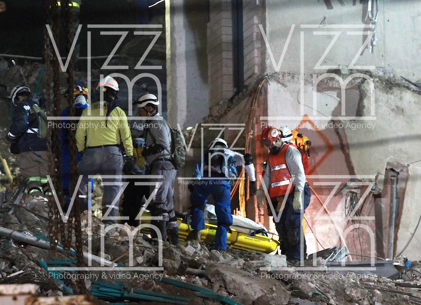 MEDELLÍN - COLOMBIA, 22-10-2013. Aspecto de las labores de rescate del cuerpo de James Andrés Arango Pulgarín de entre los escombros de la torre 6 del conjunto Space ubicado en el lujoso sector de El Pobledo de la ciudad de Medellín.  La edificación colapsó el pasado 12 de octubre en las horas de la noche por presuntos daños estructurales y dejó un saldo de 11 personas desaparecidas de las cuales solo se han rescatado los restos de tres. / Aspect of the rescue works of the body of James Andres Arango Pulgarin from the rubble of the tower 6 on the Space building located in the exclusive  area of El Poblado in Medellin city. The tower collapsed the last October 12 at night by alleged structural flaws and left 11 people missing of which were only rescued 3. Photo: VizzorImage/Luis Rios/STR