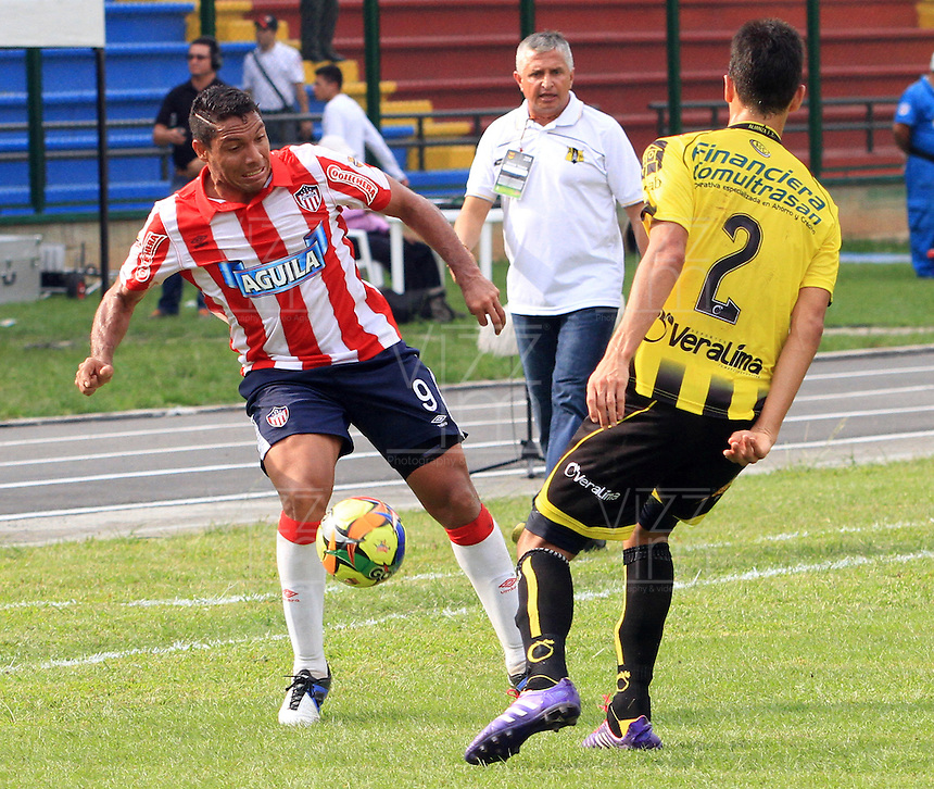BUCARAMANGA -COLOMBIA-27-02-2014.  Deiver Machado (Der) de Alianza Petrolera disputa el balon contra Martin Arzuaga del Atletico Junior  partido por la octava  fecha de la Liga Postob—n 2014-1 realizado en el estadio Alvaro Gomez Hurtado./  Deiver Machado  of Alianza Petrolera dispute the balloon against Atletico Junior Martin Arzuaga game for the eighth round of the League held in 2014-1 Postob—n Alvaro Gomez Hurtado Stadium.  Photo:VizzorImage / Duncan Bustamante / Stringer
