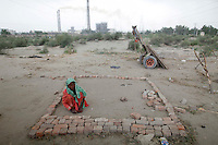 A flood victim collects bricks from abandoned buildings where her family found shelter in Pakistan's Muzaffargarh district of Punjab province September 4, 2010. The flooding has destroyed cropland and livestock and displaced millions of people, causing damage the government has estimated at $43 billion, or almost one quarter of the South Asian nation's 2009 GDP.    REUTERS/Damir Sagolj (PAKISTAN)