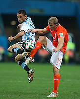 Maxi Rodriguez of Argentina and Dirk Kuyt of Netherlands in action