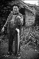 Europe/France/Aquitaine/40/Landes/Env de Sainte-Marie-de-Gosse: Retour de  la p&ecirc;che avec Christian Betbeder, agriculteur et p&ecirc;cheur professionnel sur l'Adour - En plus de ses vaches et kiwis il p&ecirc;che depuis 35 ans le saumon et l'alose sur l'Adour // France, Landes, ste Marie de Gosse, Come back  fishing with Christian Betbeder farmer and commercial fisherman on the Adour, in addition to his cows and kiwis there for 35 years fishing for salmon and shad on Adour <br /> AUTO N: A12-3007