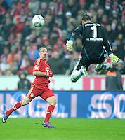 FUSSBALL   1. BUNDESLIGA  SAISON 2011/2012   19. Spieltag FC Bayern Muenchen - VfL Wolfsburg      28.01.2012 Franck Ribery (li, FC Bayern Muenchen) gegen Torwart Diego Benaglio (VfL Wolfsburg)