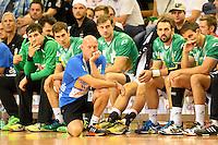 Trainer Magnus Andersson (FAG) verfolgt knieend vor der Bank das Spiel