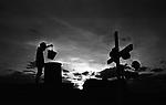Trabalhador rural rega túmulo de cemitério em região de seca, cidade Afogados Ingazeira, Pernambuco.  .Rural worker waters cemetery grave in drought area, city Drowned Ingazeira, Pernambuco.