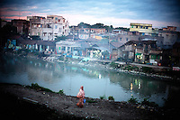 Slum area close to a canal that is a mosquito breeding site in Kolkata.