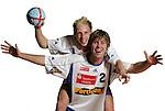 Handball Bundesliga 2005/2006 Autogrammkarten Concordia Delitzsch Daniel ANDRAE (vorn) und Ulrich STREITENBERGER (beide Concordia) haben Freude am Foto Shooting. Autogrammkarte, Portrait, Ball, Fun-Bild, Spass, Freude, Lachen, Studio, Freisteller.