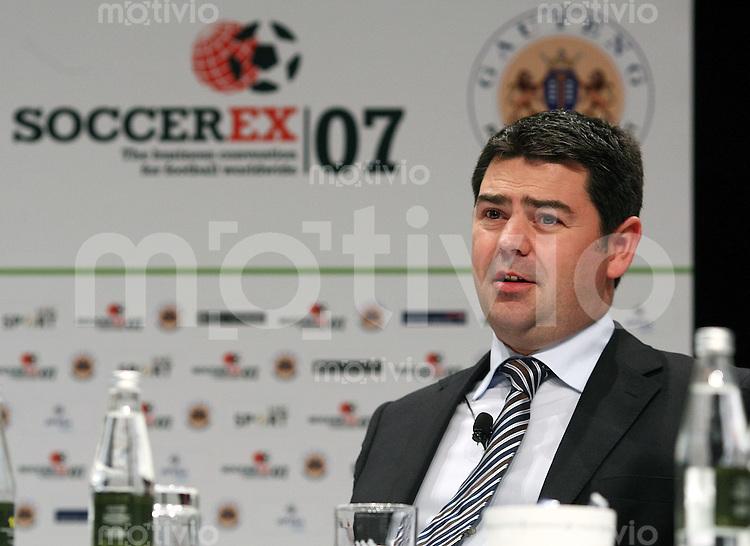 Fussball International  27.11.2007 Soccerex; Podiumsdiskussion zumThema ;  Medien-Kommunikation  im Fussball Adrian Bevington (THE FA England)
