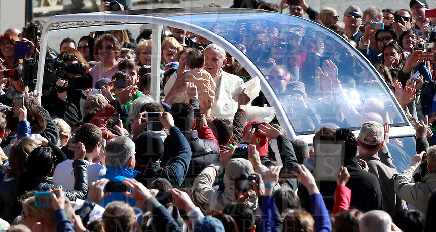Papa Francesco saluta una bambina al suo arrivo all'udienza generale del mercoledi' in Piazza San Pietro, Citta' del Vaticano, 16 aprile 2014.<br /> Pope Francis greets a child as he arrives for his weekly general audience in St. Peter's Square at the Vatican, 16 April 2014.<br /> UPDATE IMAGES PRESS/Isabella Bonotto<br /> <br /> STRICTLY ONLY FOR EDITORIAL USE