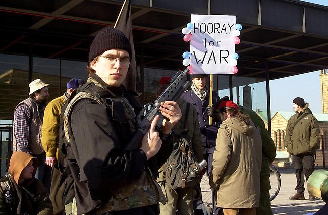 Antikriegs-Persiflage in Berlin<br /> Unter dem Motto&quot; Nachhaltiger Frieden Jetzt! - Mehr Krieg fuer alle&quot; versammelten sinch etwa 250 Menschen, zumeist Jugendliche, in Berlin zu einer &quot;Jubel-Demo&quot;. Mit dieser satirischen Aktion wollten sie gegen einen moeglichen Krieg gegen den Irak demonstrieren.<br /> 14.2.2003, Berlin<br /> Copyright: Christian-Ditsch.de<br /> [Inhaltsveraendernde Manipulation des Fotos nur nach ausdruecklicher Genehmigung des Fotografen. Vereinbarungen ueber Abtretung von Persoenlichkeitsrechten/Model Release der abgebildeten Person/Personen liegen nicht vor. NO MODEL RELEASE! Nur fuer Redaktionelle Zwecke. Don't publish without copyright Christian-Ditsch.de, Veroeffentlichung nur mit Fotografennennung, sowie gegen Honorar, MwSt. und Beleg. Konto: I N G - D i B a, IBAN DE58500105175400192269, BIC INGDDEFFXXX, Kontakt: post@christian-ditsch.de<br /> Bei der Bearbeitung der Dateiinformationen darf die Urheberkennzeichnung in den EXIF- und  IPTC-Daten nicht entfernt werden, diese sind in digitalen Medien nach &sect;95c UrhG rechtlich geschuetzt. Der Urhebervermerk wird gemaess &sect;13 UrhG verlangt.]