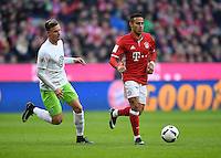 Fussball  1. Bundesliga  Saison 2016/2017  14. Spieltag  FC Bayern Muenchen - VfL Wolfsburg    10.12.2016 Thiago Alcantara (re, FC Bayern Muenchen) gegen Yannick Gerhardt (li, VfL Wolfsburg)