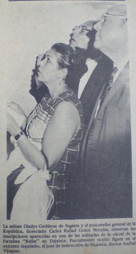 Momento en que Gladys Gutierrez y miembros de la comision investigadora leian el letrero escrito por Henry Segarra