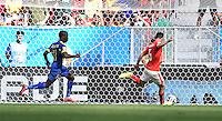 FUSSBALL WM 2014  VORRUNDE    Gruppe D     Schweiz - Ecuador                      15.06.2014 Steve Von Bergen (re, Schweiz) kann retten
