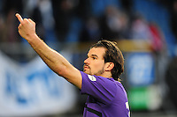 VOETBAL: HEERENVEEN: Abe Lenstra Stadion, SC Heerenveen - Vitesse, 21-01-2012, Vitesse-keeper Piet Velthuizen (#22) steekt z'n middelvinger op tegen degene die z'n keepershandschoenen (die hij naar een fan op de tribune gegooid heeft) niet aan de juiste persoon geeft, Eindstand 1-1, ©foto Martin de Jong