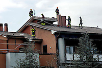 Roma 10 Aprile 2009.L'Aquila Abruzzo.I Vigili del Fuoco mettono in sicurezza un edificio lesionato dal terremoto .Firefighters try to assure a damaged house