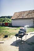 Ein Ofen hinter dem Haus von Parashiva Lakatar. Europa, Rumaenien, Rusciori den 25. Juli 2015