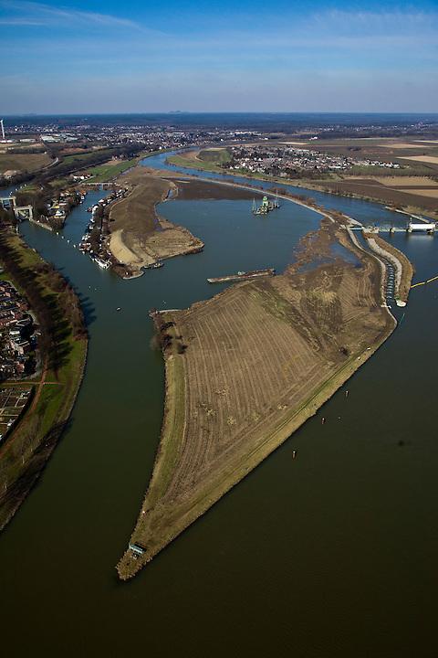 Nederland, Limburg, gemeente Maastricht, 07-03-2010; waterhuishouding van de Maas. Rechts de stuw bij Borgharen. Midden het eiland Bosscherveld wordt gedeeltelijk afgegraven, de Maas kan bij hoogwater in de toekomst ook over het eiland stromen. Direct naast het eiland een overlaat, deze ontlast - bij hoogwater - de stuw. Geheel links  het verbindingskanaal wat leidt naar de Zuid-Willemsvaart..De Maas vormt de grens met Belgie (l): Grensmaas..Water management of the Meuse. Weir at Borgharen (r). The island Bosscherveld (midle) is partially excavated, in the future the Meuse high water will flow over the island. Next to the island a spillway, functions in case of high waters as an extra relieve for the weir at Borgharen. Very left the channel which leads to the South Willemsvaart. .The Meuse forms the border with Belgium (l): Grensmaas ('Border Meuse').luchtfoto (toeslag), aerial photo (additional fee required).foto/photo Siebe Swart