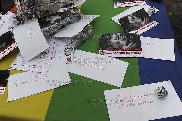 Roma, 14 febbraio 2012.Piazza Montecitorio.Per San Valentino la comunità di Gay center distribuisce Baci e cartoline contro la discriminazione verso gli e le omosessuali e dopo le dichiarazioni omofobe di Giovanardi..Due ragazze si baciano davanti il Parlamento