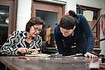 Nederland, Amersfoort, 10-02-2011 Karin Kortenhorst ,  kunstenaar en docent, tijdens een cursus edelsmeden / sieraden maken op een centrum voor kunsteducatie voor volwassenenen.  Ze is zzp 'er en ontvangt geen subsidie. FOTO: Gerard Til