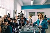 Irina Vlah, die prorussische, sozialistische Favoritin bei der Governeurswahl am  22.03.2015 l in  Gagusien,   hier Wahllokal in Comrat, der Hauptstadt des autonomen Gebietes Gagausiens in dem ca. 160000 Einwohner leben, die Republik Moldau ist eines der ärmsten Länder Europas  / Irina Vlah voting at poling station in Comrat