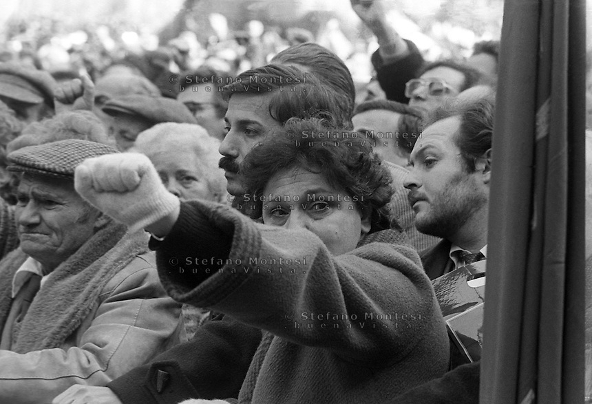Roma Dicembre 1983.Funerale  di Umberto Terracini in piazza Montecitorio, .I partecipanti salutano con il pugno chiuso la bara di  Umberto Terracini.Umberto Elia Terracini (Genova, 27 luglio 1895 - Roma, 6 dicembre 1983) è stato un politico e antifascista italiano, presidente dell'Assemblea costituente e dirigente - del Partito Comunista Italiano..The funeral of Umberto Terracini.http://it.wikipedia.org/wiki/Umberto_Terracini