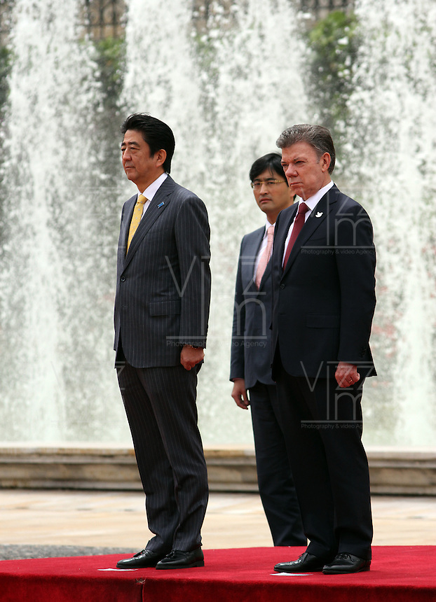 BOGOTA -COLOMBIA. 29-07-2014.  El primer Ministro de Japon Shinzo Abe (Izq) y el presidente de Colombia Juan Manuel Santos (Der) durante los honores militares en el Palacio de Nariño . Primera visita oficial de un madatario japones en 106 años a Colombia. / The Prime Minister of Japan Shinzo Abe (L) and  President of Colombia Juan Manuel Santos (R)  during military honors at the Palacio de Nariño. .The first official visit by a Japanese madatario  to Colombia in 106 years, Photo: VizzorImage/ Felipe Caicedo / Staff