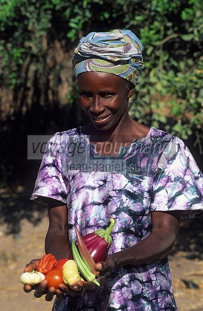 Afrique/Afrique de l'Ouest/Sénégal/Parc National de Basse-Casamance/Kabrousse : Femme portant des légumes (aubergines amères, gombos)